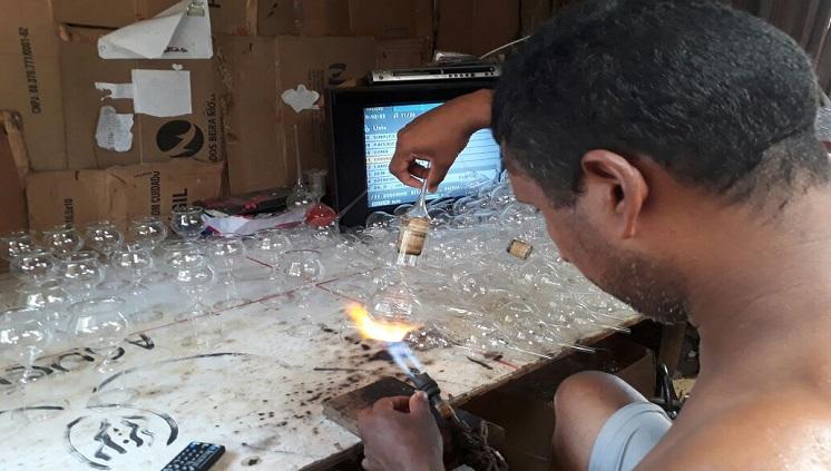 Campanha da Biblioteca Central em parceria com artista local transforma lâmpadas em arte