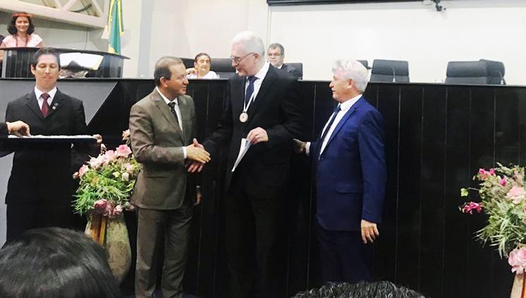 Reitor da UFPA recebe Medalha de Honra ao Mérito da Educação da Assembleia Legislativa